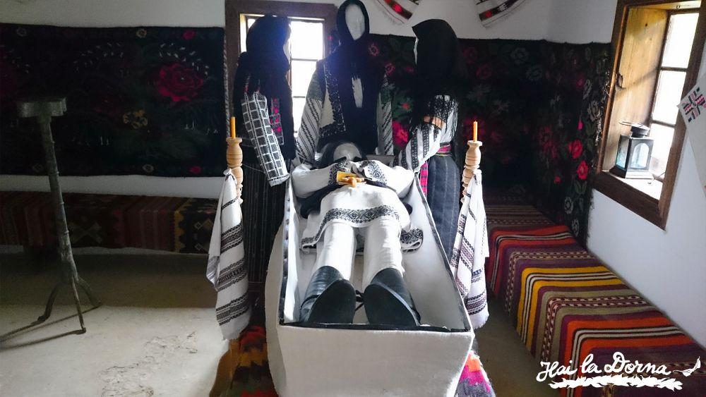 Ritualul de înmormântare bucovinean pus în scenă în Casa Cacica