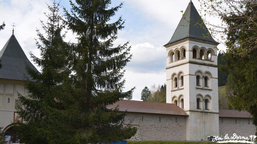 Turnul clopotniță, construit în 1882, văzut din afara intrării